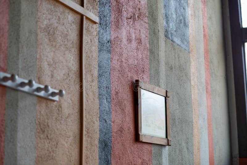 Fragment der Wand mit verschiedenen Farben stockbilder