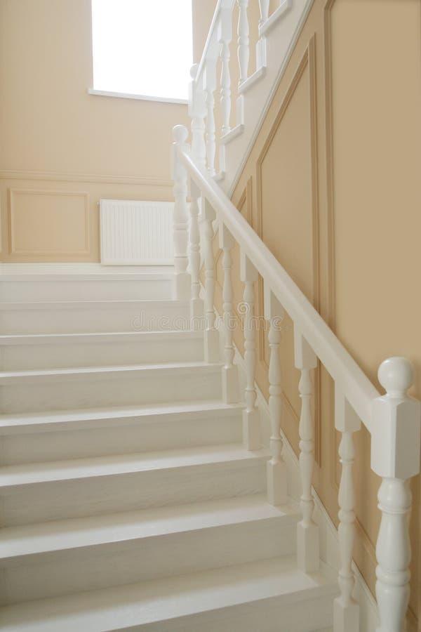 Fragment der weißen Treppe und der beige Wände lizenzfreies stockbild