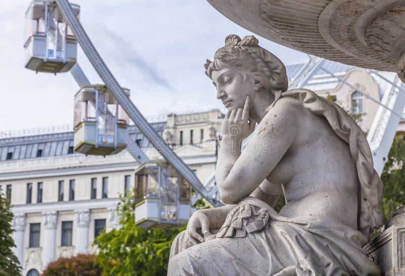 Fragment der weiblichen Skulptur des Danubius-Springbrunnen auf dem Hintergrund des Sziget's Eye-Ferris am Erzsebet-Platz in Buda stockbilder