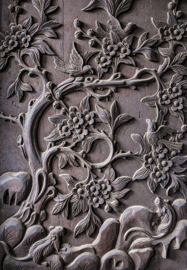 Fragment des dekorativen Schnitzens auf Holz lizenzfreie stockfotos