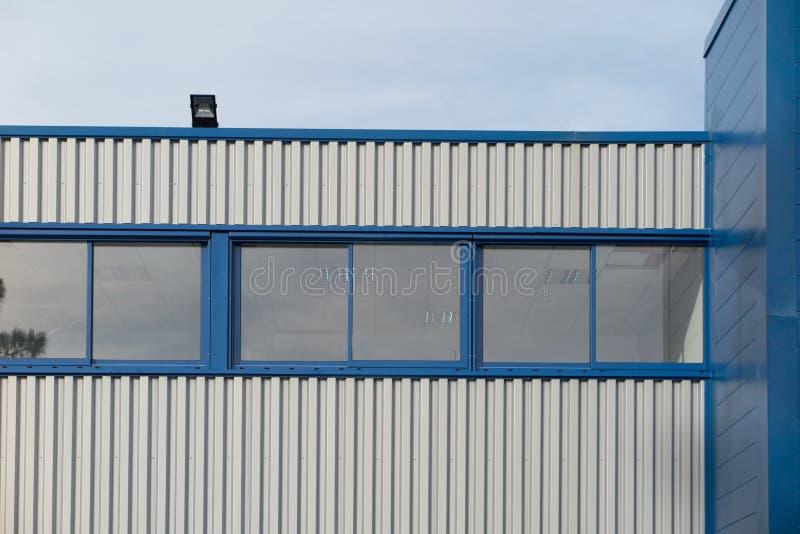 Fragment des immeubles de bureaux avec l'architecture moderne photographie stock