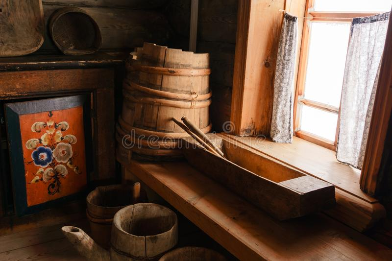 Fragment des Innenraums einer alten ländlichen Hütte lizenzfreies stockfoto