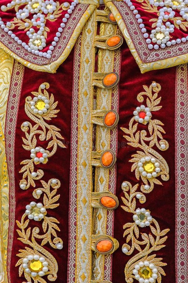 Fragment des vêtements antiques de femme russe fleurie de décoration image stock