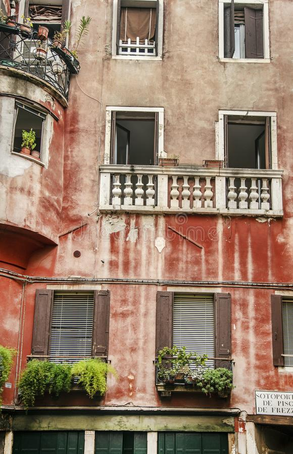 Fragment des venetianischen farbigen Hauses stockfotos