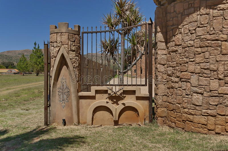 Fragment des Zauns mit Metallverzierungen von Chateau de Nates, Südafrika lizenzfreie stockbilder