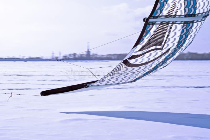 Fragment die van een vlieger voor het snowkiting, laag over het ijs meeslepen royalty-vrije stock foto