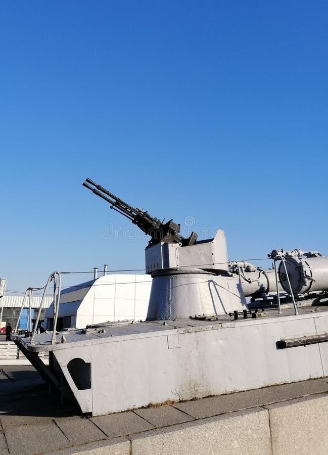 Fragment du croiseur avec une mitrailleuse photographie stock libre de droits