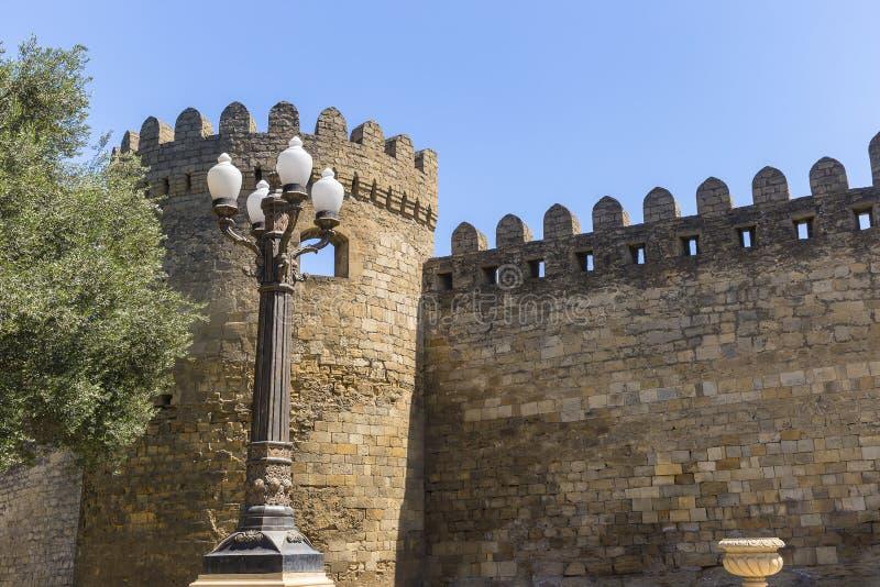 Fragment du mur de forteresse à Bakou images libres de droits