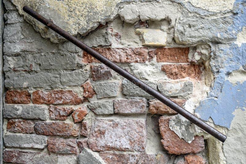 Fragment einer alten Backsteinmauer mit rostigem Eisenhandlauf Die Beschaffenheit der Maurerarbeit lizenzfreie stockfotografie