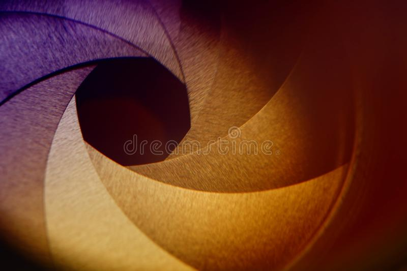 Fragment einer alten photographischen Linse Auszug blured Hintergrund Getontes Bild lizenzfreie stockfotografie