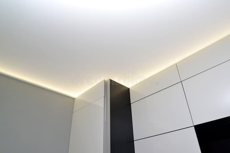 Fragment einer Ausdehnungsdecke mit der versteckten LED-Beleuchtung stockbild
