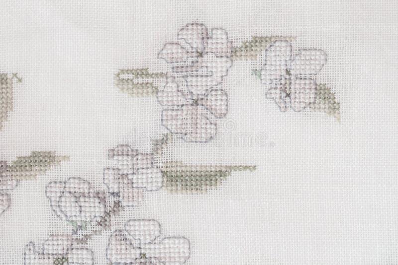Fragment einer bunten Kreuzstichstickerei, Blumensommerverzierung auf Baumwollsegeltuch lizenzfreie stockbilder