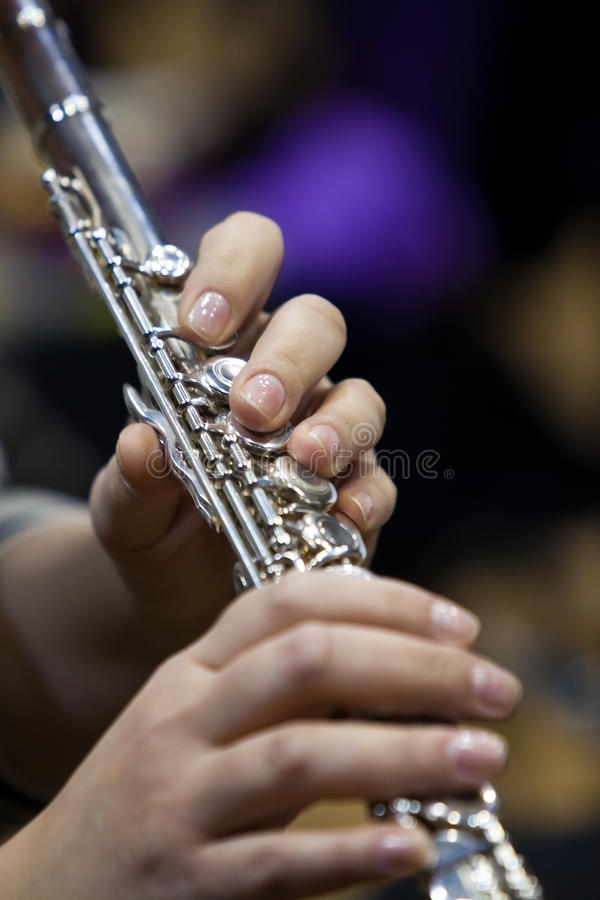 Fragment einer Flöte in den Händen eines Musikers lizenzfreie stockfotos