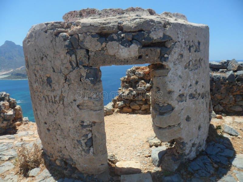 Fragment einer verfallenen Festung in Form eines Eingangstors stockfotografie