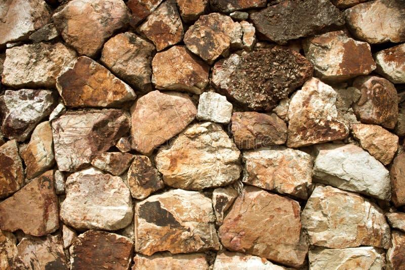 Fragment einer Wand von abgebrochene Steinhintergründe lizenzfreies stockbild
