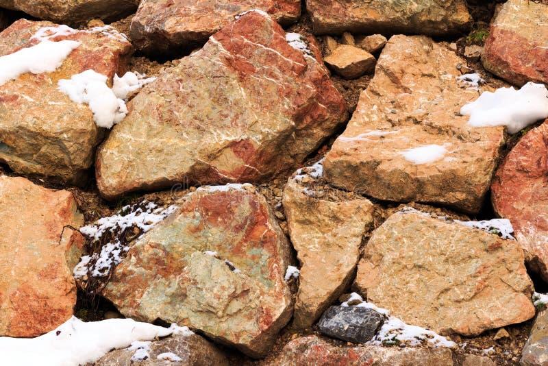 Fragment einer Wand von einem abgebrochenen Stein in den Alpenbergen lizenzfreies stockbild