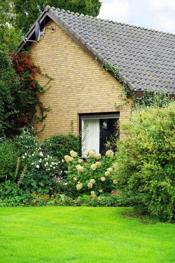 Fragment eines Hauses im Dorf der Niederlande stockbilder