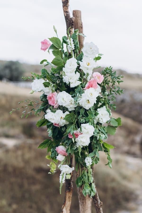 Fragment eines Heiratsbogens für eine Ausgangszeremonie verziert mit den weißen und rosa Blumen stockbild