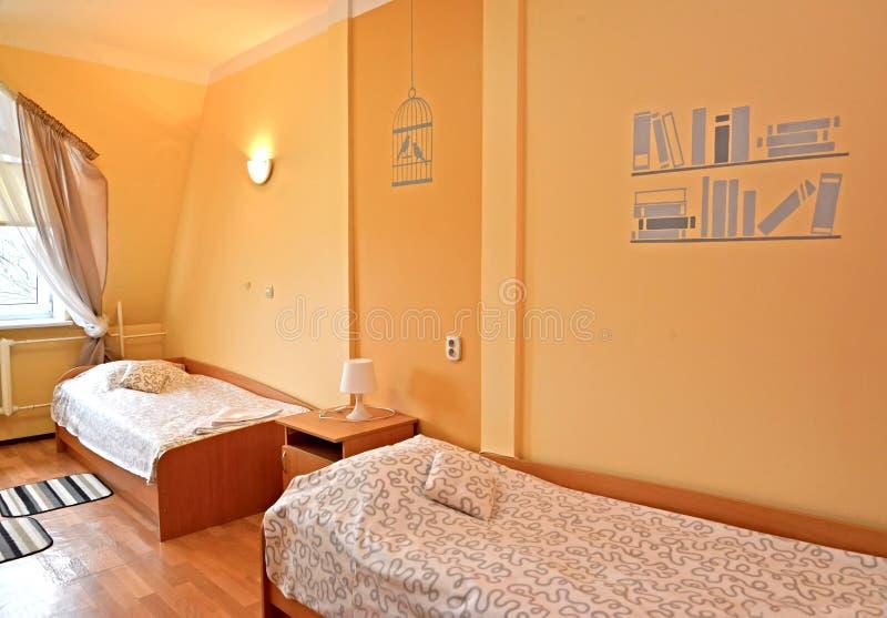 Fragment eines Innenraums des Doppelhotelzimmers mit Malerei auf einer Wand stockfotografie