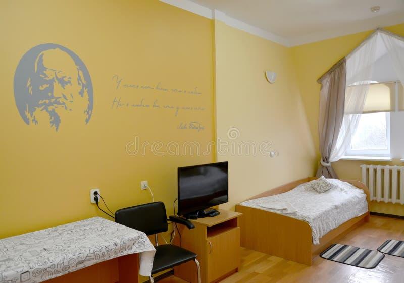 Fragment eines Innenraums des Hotelzimmers mit einem Porträt des russischen Verfassers L n Tolstoy auf einer Wand stockbild