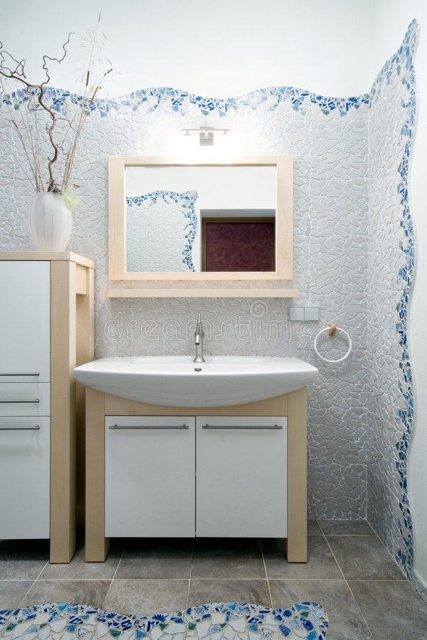 Fragment eines neuen Badezimmers lizenzfreie stockfotografie