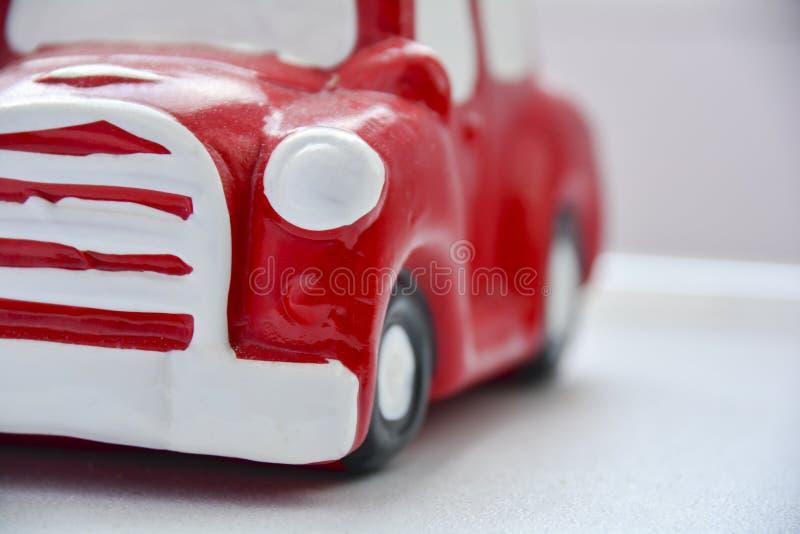 Fragment eines roten abstrakten Autos auf einem weißen Hintergrund Konzept des Autos, Geschäft, Selbstservice Bild für Entwurf od stockbild