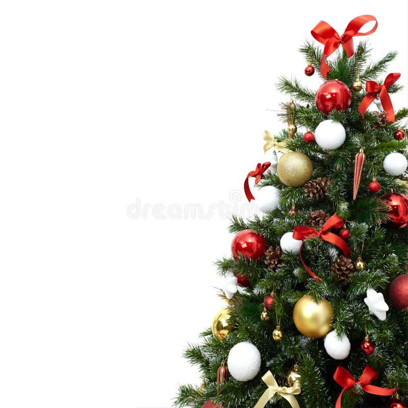 Fragment eines schönen Weihnachtsbaums mit bunten Dekorationen, Kegel, Bälle und Bänder, lokalisiert auf Weiß stockbild