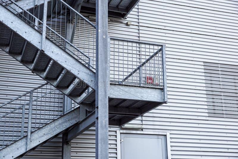 Fragment industriel abstrait d'architecture sur le fond de ciel bleu, sections d'escalier en métal images stock