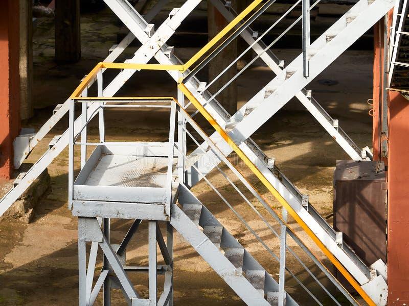 Fragment industriel de fondation comportant l'escalier en métal photo stock
