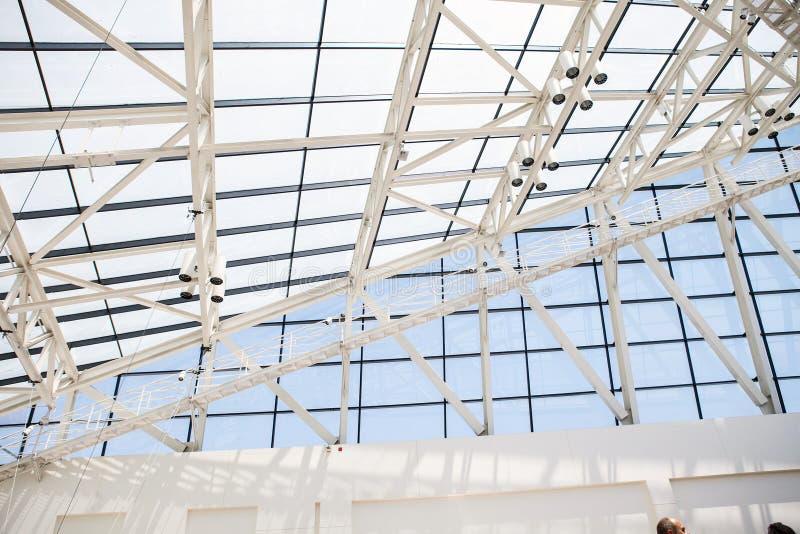 Fragment van dak van glas en een staal in stijl stock foto's