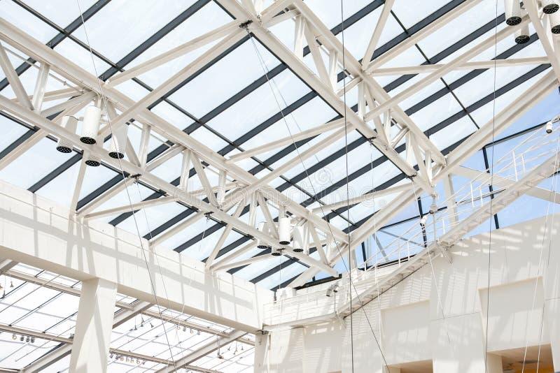 Fragment van dak van glas en een wit staal binnen royalty-vrije stock foto