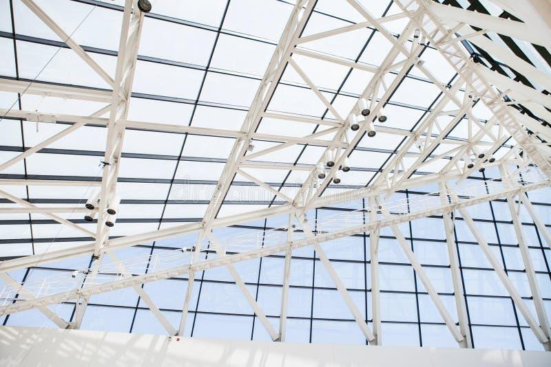 Fragment van dak van glasvensters en een staal binnen royalty-vrije stock afbeelding