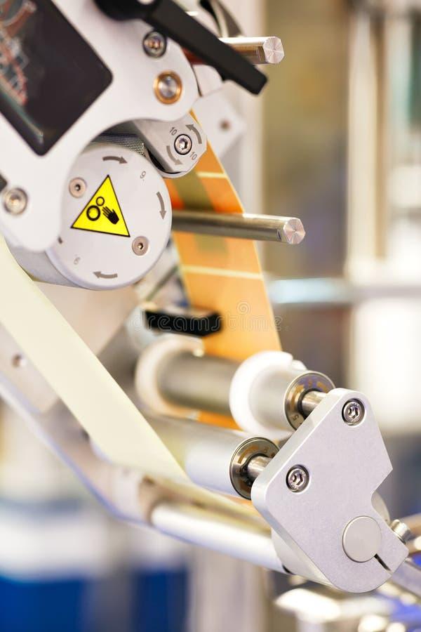 Fragment van de transportband van het plakken van etiketteringsmachine Abstracte industriële achtergrond stock afbeeldingen
