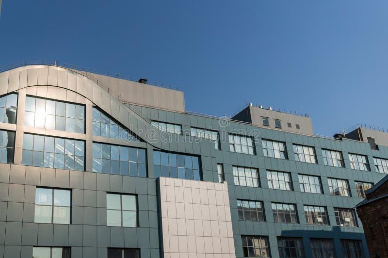 Fragment van de voorgevel van een modern bureaugebouw met panoramische vensters stock fotografie