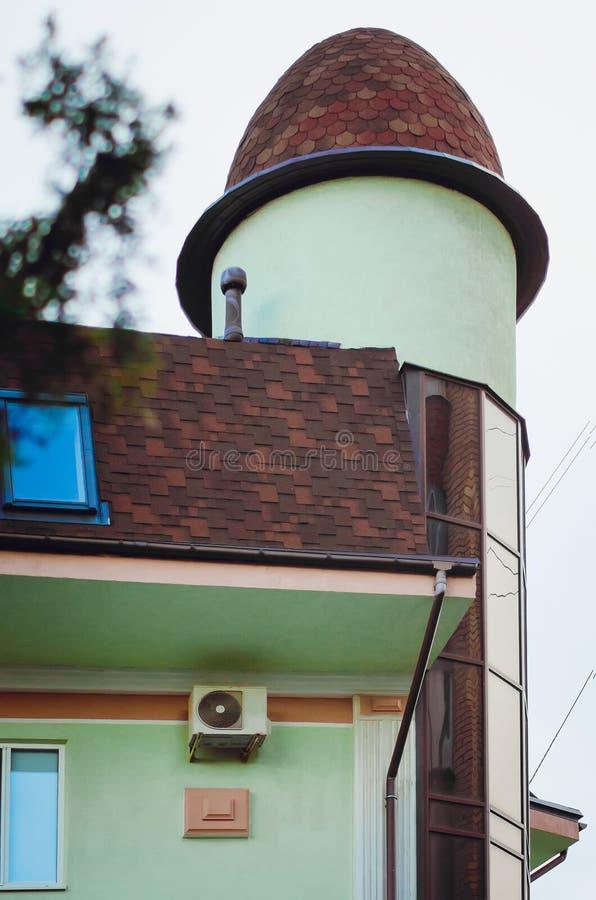 Fragment van de voorgevel van een moderne woningbouw met een betegeld dak royalty-vrije stock afbeeldingen