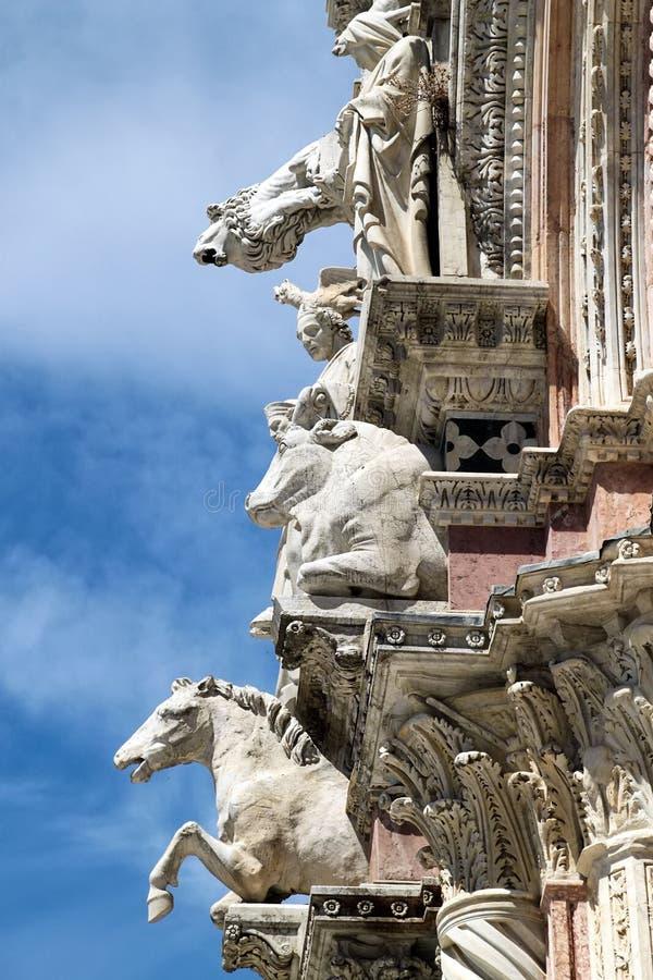 Fragment van de voorgevel van de standbeelden van kathedraalitalië royalty-vrije stock afbeelding