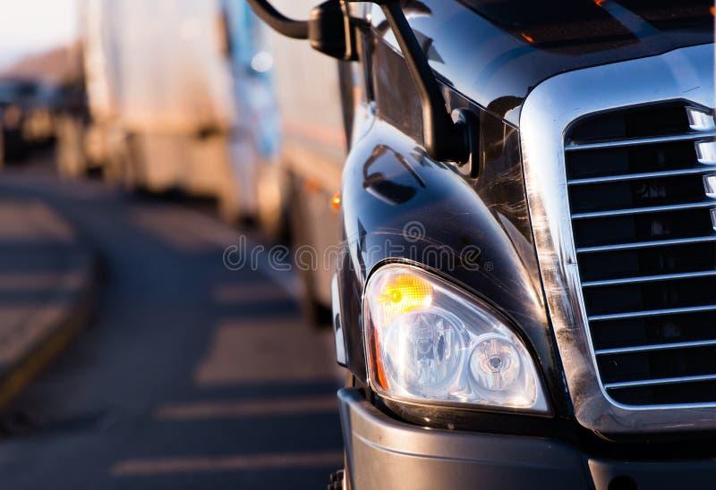 Fragment van donkere semi vrachtwagen op de weg stock foto