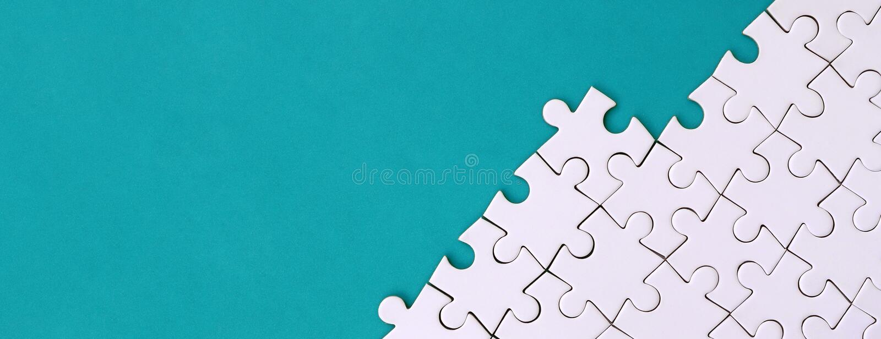 Fragment van een gevouwen witte puzzel op de achtergrond van een blauwe plastic oppervlakte Textuurfoto met exemplaarruimte voor  stock afbeelding