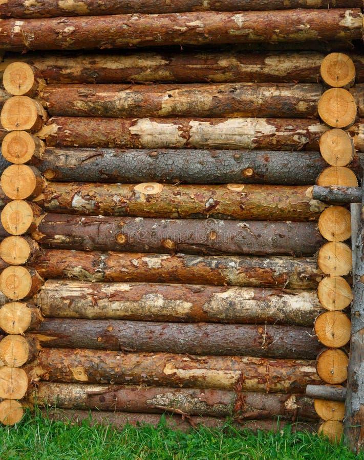 Fragment van een houten oude vesting van ruwe logboeken Textuur royalty-vrije stock foto's