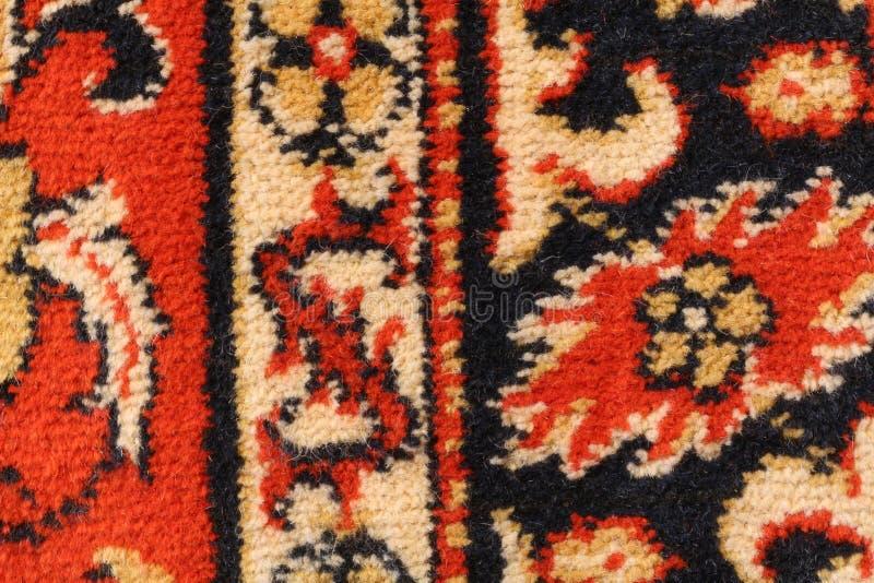Fragment van een Mongools woltapijt met een zwart-rood-wit bloemenornament stock afbeelding