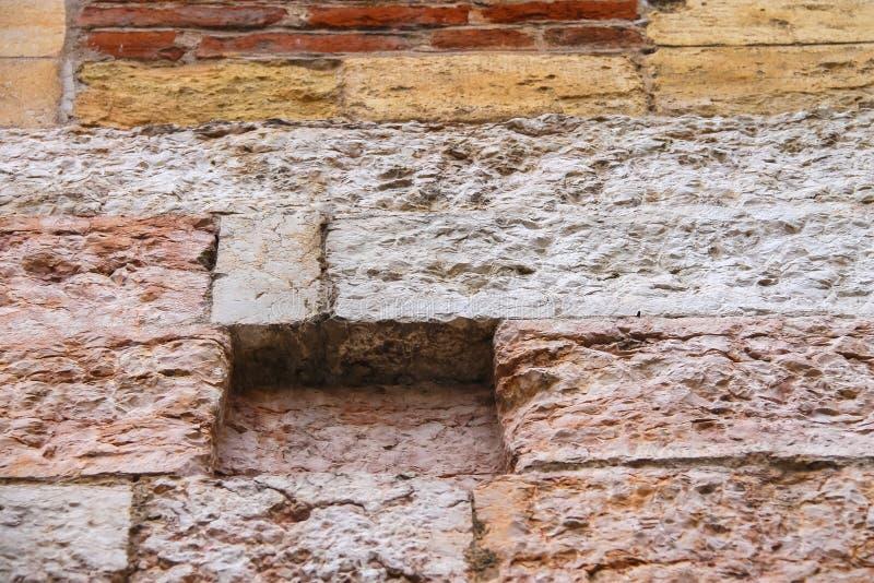 Fragment van een muur van steen en baksteen stock afbeelding