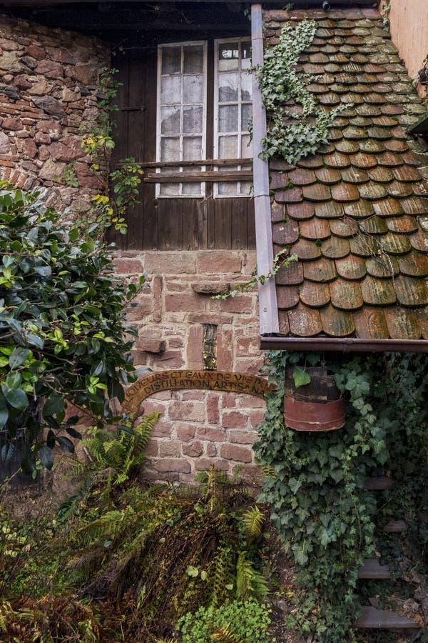 Fragment van een oud steenhuis met een venster en tegels traditioneel voor de Elzas royalty-vrije stock afbeeldingen