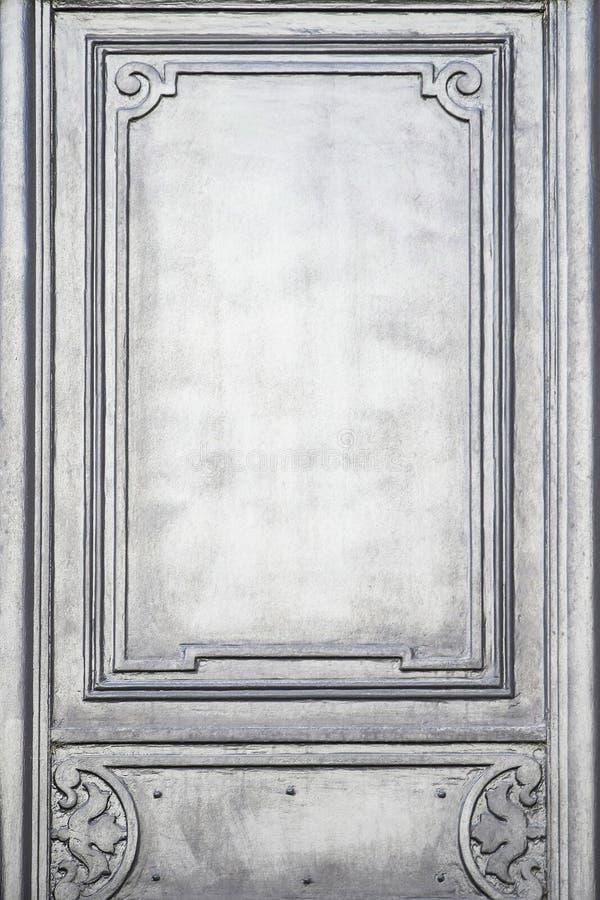 Fragment van een oude houten gesneden deur met ornamentenclose-up Het element van het straatontwerp van typische oude Europese st royalty-vrije stock afbeelding