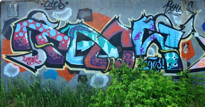 Fragment van een oude muur met het kleurrijke graffiti schilderen stock fotografie