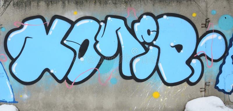 Fragment van gekleurde de graffitischilderijen van de straatkunst met contouren en dicht omhoog het in de schaduw stellen stock afbeelding