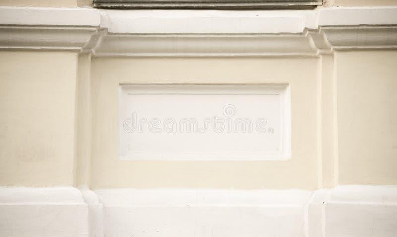 Fragment van gele het pleisteren muur met wit patroon gestemd royalty-vrije stock afbeeldingen
