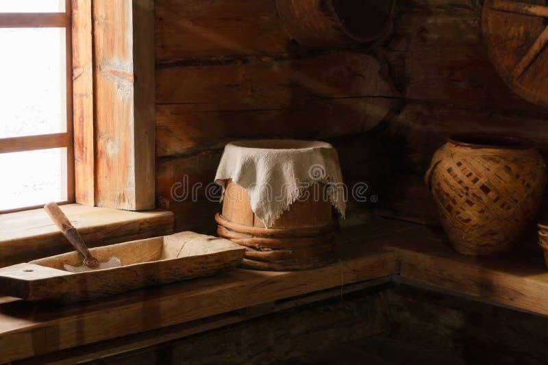 Fragment van het binnenland van een oude boerhut stock foto