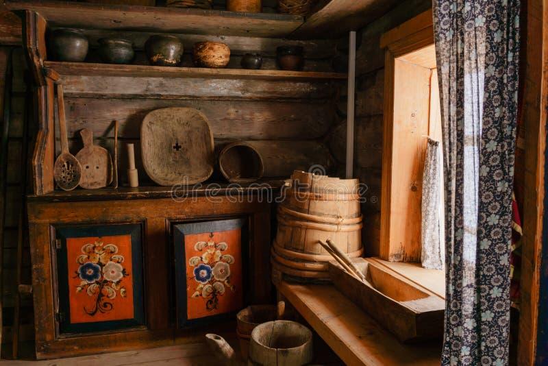 Fragment van het binnenland van een oude boerhut stock fotografie