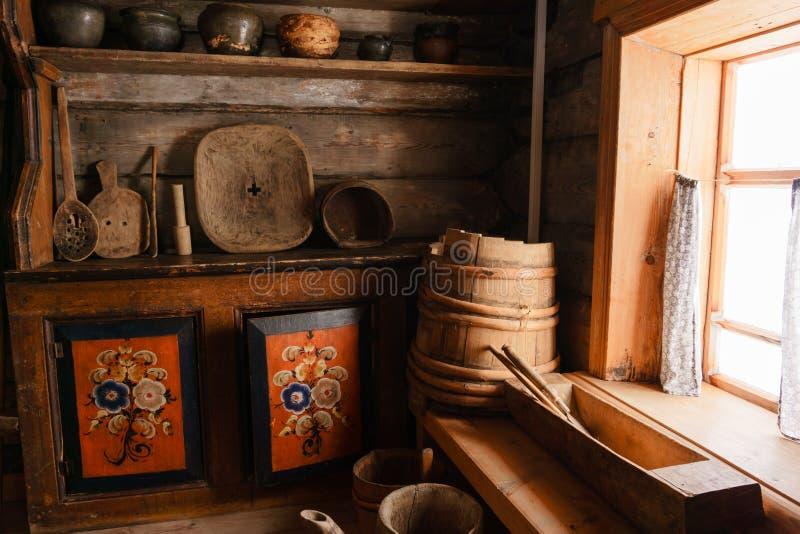 Fragment van het binnenland van een oude boerhut stock foto's