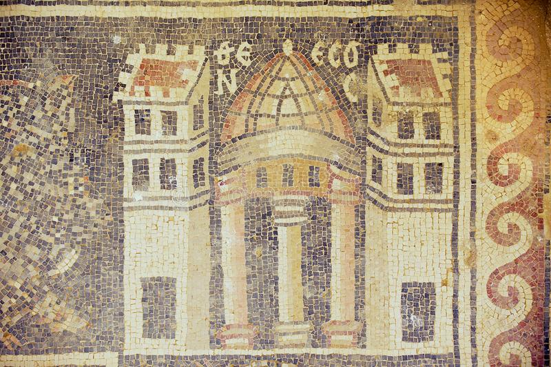 Fragment van het oude Roman vloermozaïek bij de ruïnes van de Heilige Stevens Church bij een archeologische plaats in Umm AR-Rasa stock afbeelding